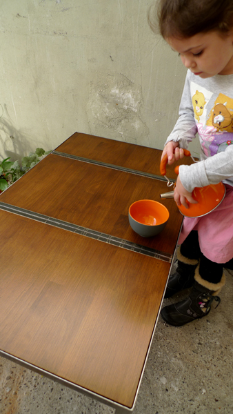 Table basse avec traverses d'acier