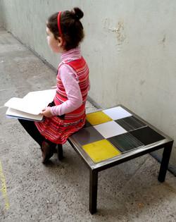 Table basse aux carreaux mobiles