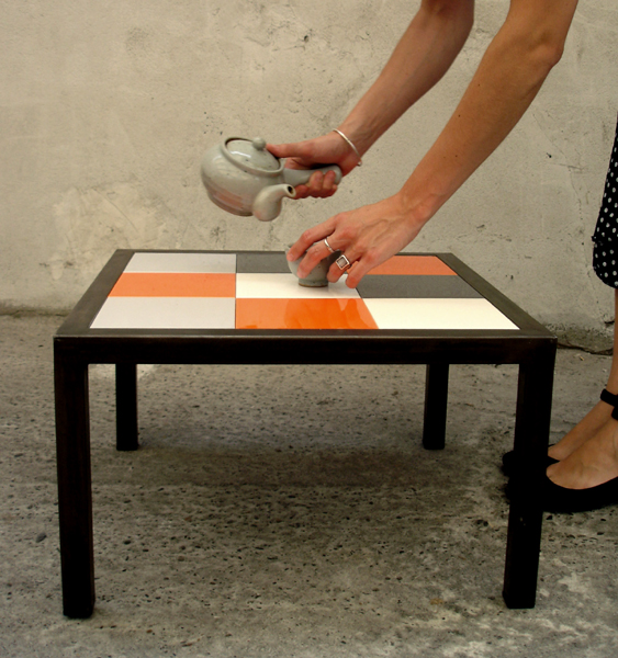 Table basse aux carreaux mobiles