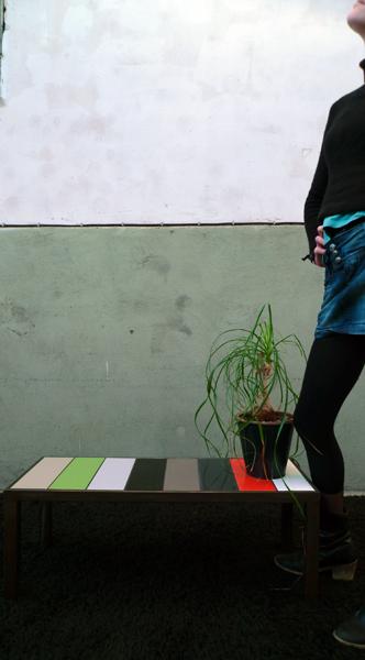 Petite table aux carreaux de couleur