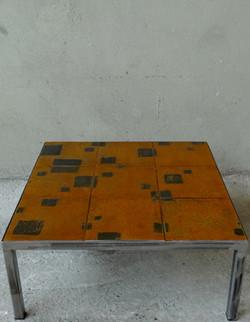 Table basse aux carrés gravés