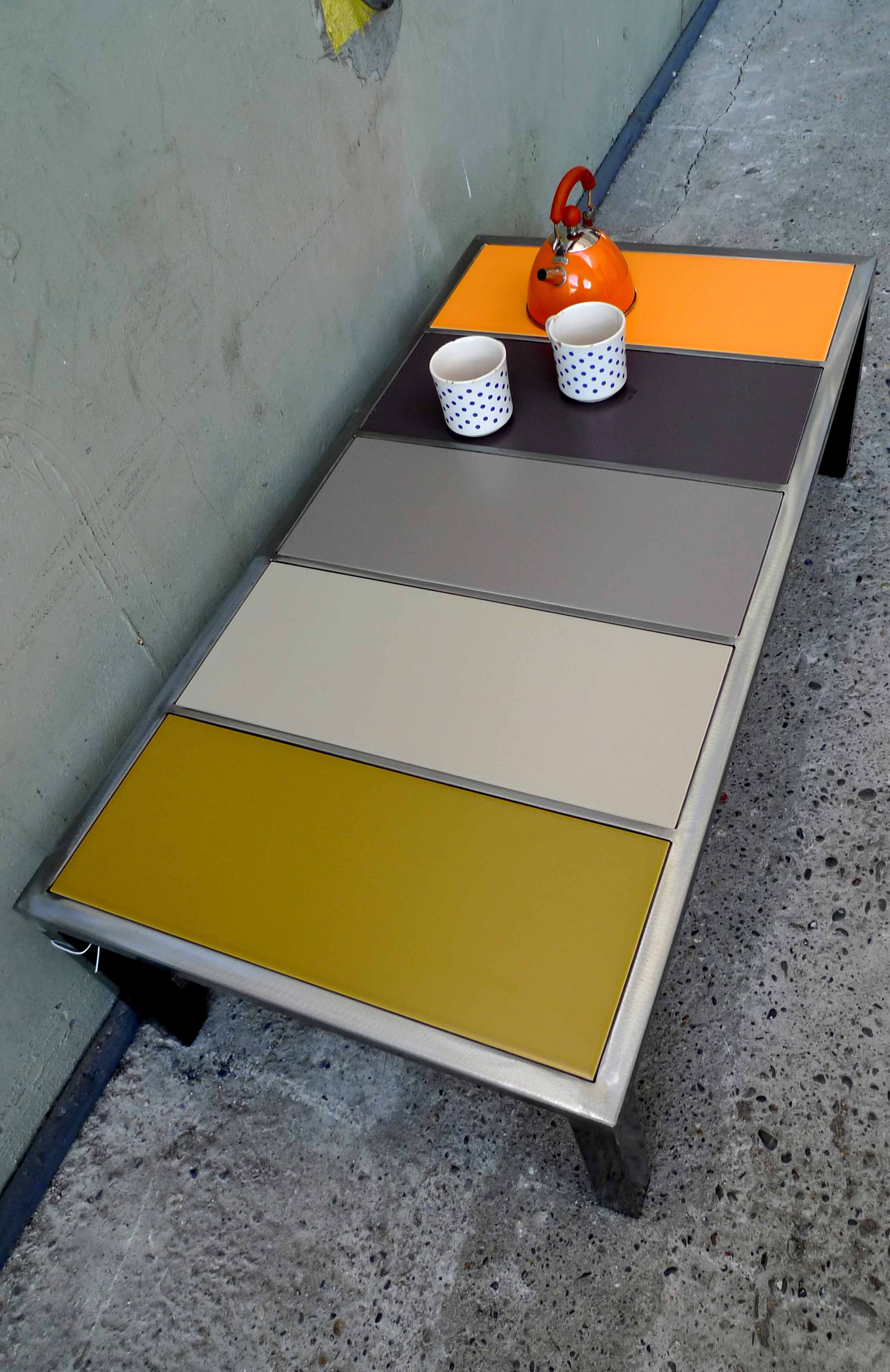 Table aux carreaux colorés