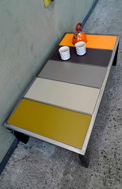 Table aux carreaux colorés