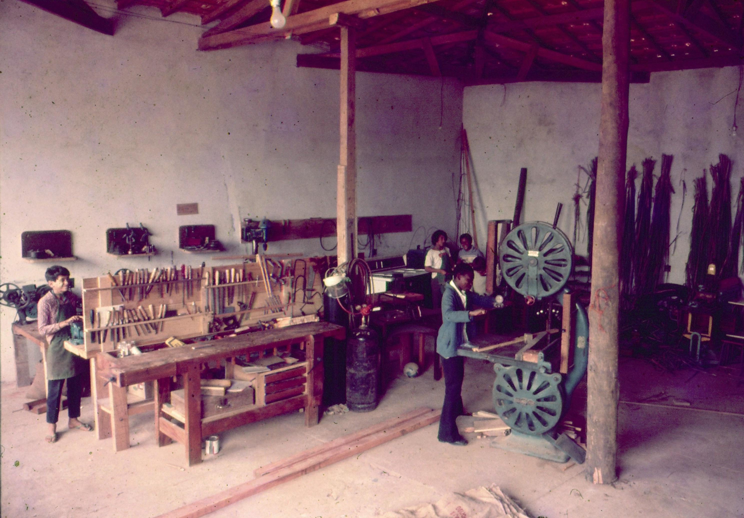 Oficina - arte em ferro e marcenaria