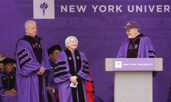 全世界最酷的畢業典禮場地    紐約大學NYU - 洋基棒球場