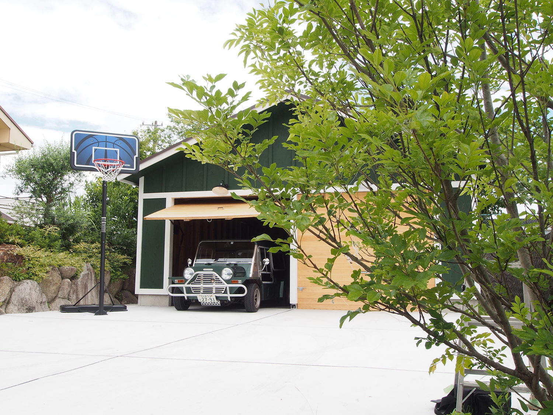 ガレージと樹木