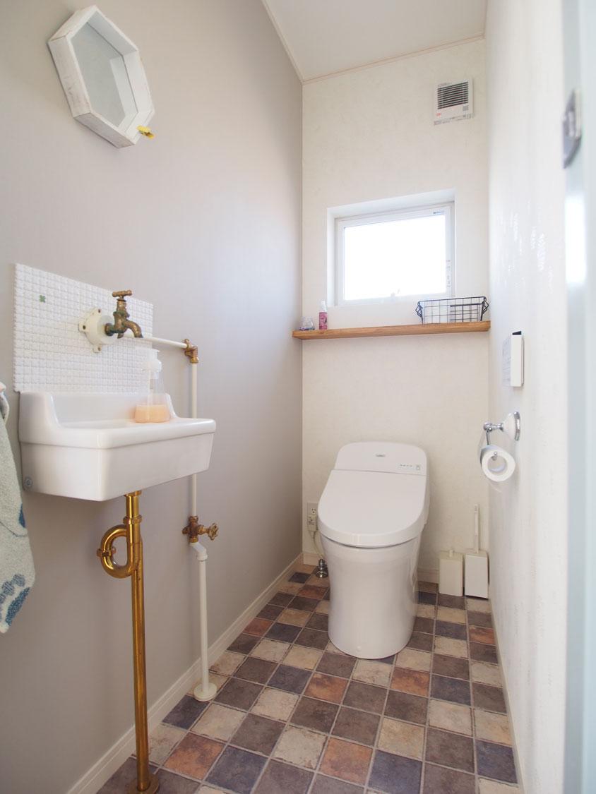 手洗い器とトイレ