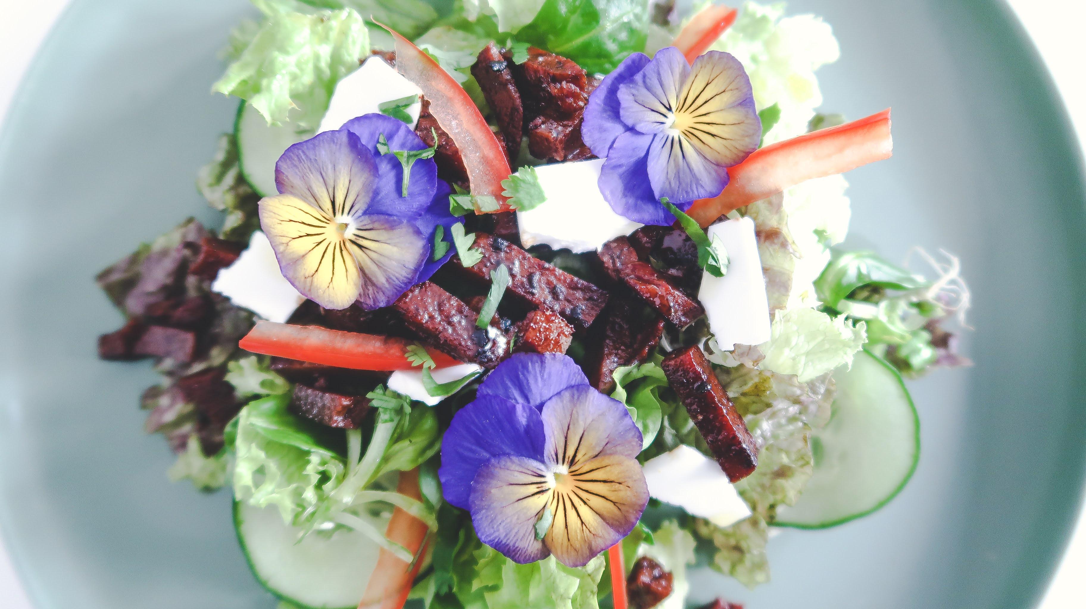 Salade met seitan 'spekreepjes'
