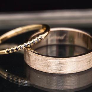 Zeer fijn geelgouden trouwringetje met 9 zwarte diamantjes. Witgouden mannenband met structuur, zijkanten zijn glanzend