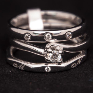 Samenbrengen van trouw- en verlovingsring, met derde toevoeging met initialen van kindjes