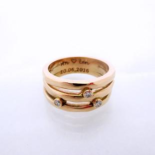 Roze gouden trouwring Drie banden, drie stenen, symboliseerd haar man en kindjes