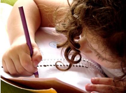 Menina-debrucada-escrevendo-num-caderno.jpg