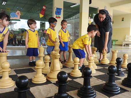 Escola Nazaré ensina xadrez para estimular no desenvolvimento de múltiplas habilidades