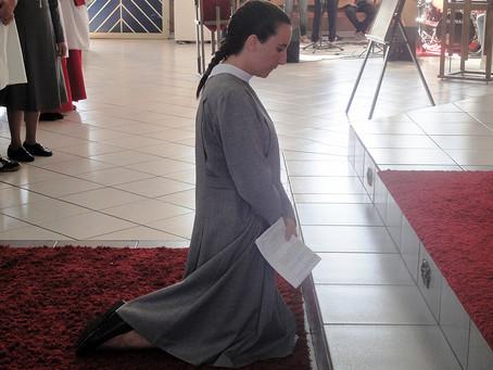 Irmã Jaqueline professa primeiros votos para integrar congregação missionária