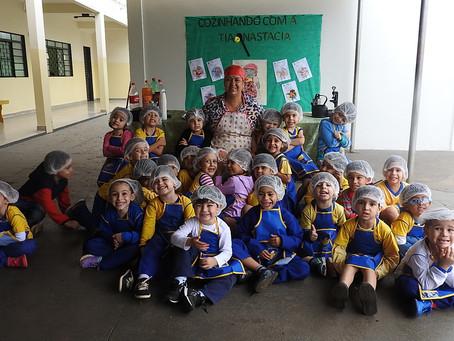 Tia Nastácia visita alunos da Escola Nazaré Campo Grande