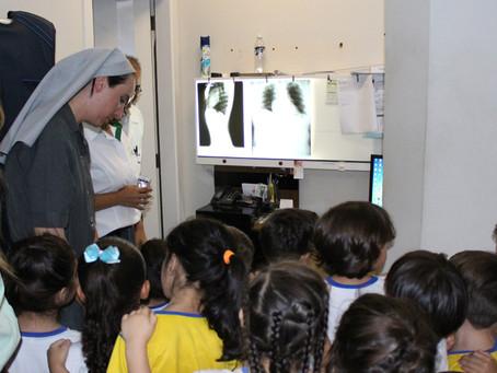 Alunos visitam policlínica da Capital como parte de projeto pedagógico