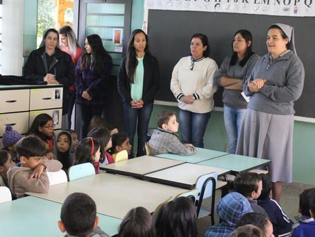 Madre Maria Helena visita alunos e destaca o tamanho de Deus