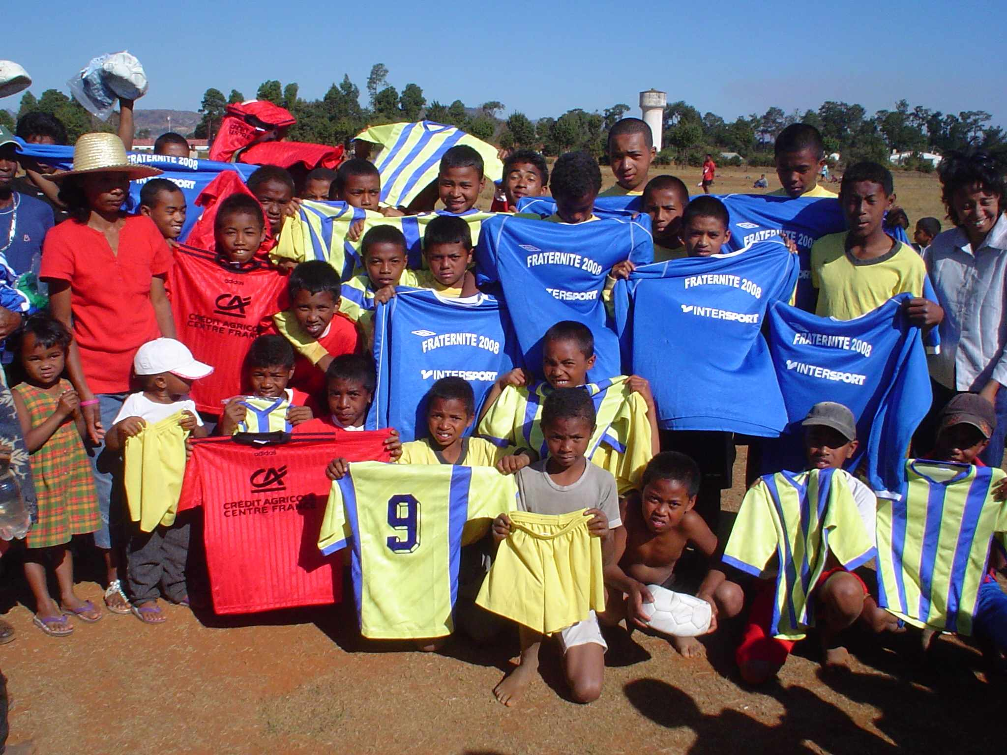 Une_équipe_de_foot_à_Madgascar_reçoit_les_maillots_Fraternité_vf_2008