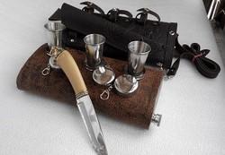Фляжка 2 л. «Комфорт» с тиснением на коже Нож туристический с литьем-1 шт, стаканчик складной -3 шт
