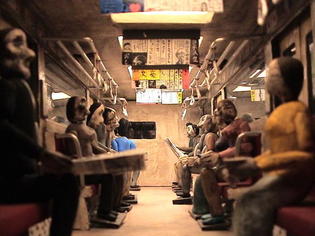 03A_在来線の座席の下に住む男.jpg
