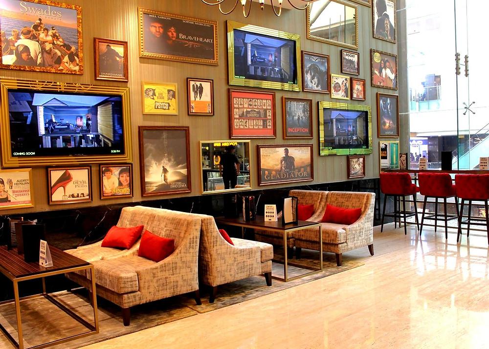 โซฟานั่งรอหน้าโรงหนัง หน้าโรงหนัง โรงหนังอินเดีย โรงหนังหรูที่อินเดีย Gold Class PVR cinema กิจกรรมที่บังกาลอร์ กิจกรรมหลังเลิกเรียน ดูหนัง หนัง ภาพยนตร์