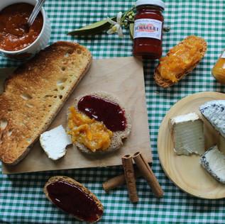 Esmorzar amb formatge i melmelada