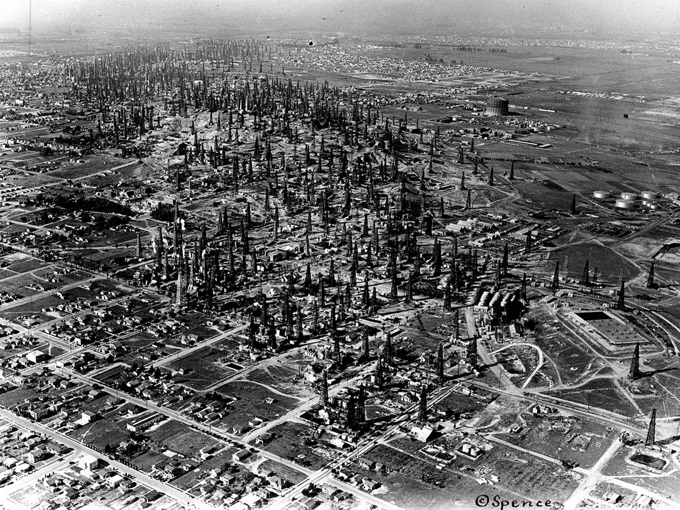 Signal Hill Oil Field. ©Spencer/Herald Examiner Collection/ Los Angeles Public Library.