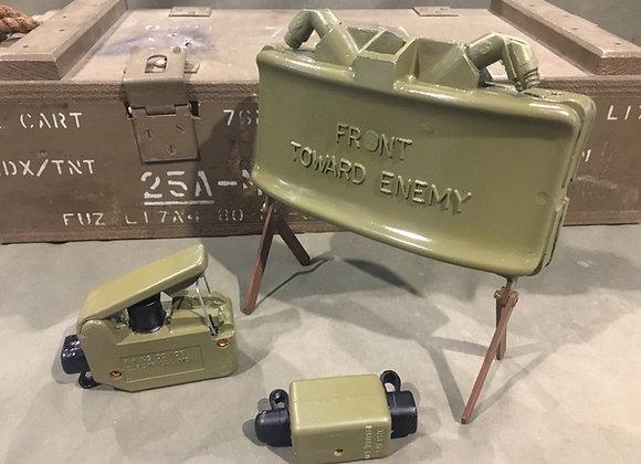 M18 Claymore AP Mine, Clacker and Test Unit (replica)