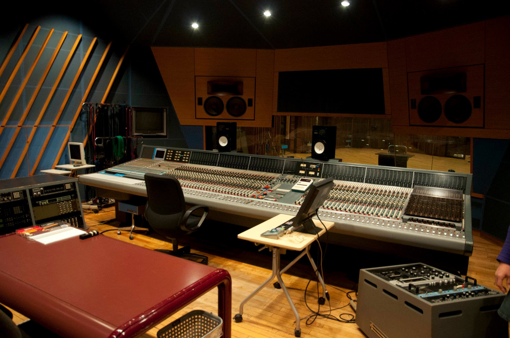 Neve_VR-72_with_FF_at_Studio_1_Control_Room_Right_Quarter