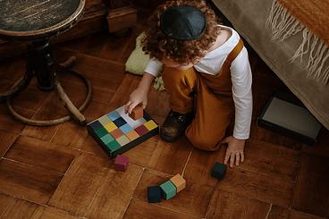 kid-plays-blocks.png