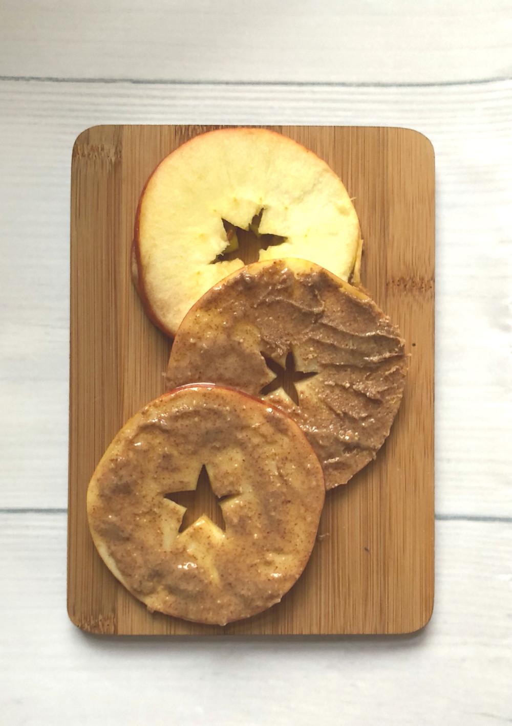 Obuolių užkandis su riešutų sviestu | www.salduolis.lt