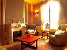 Le salon du gîte l'Ajoussienne, lumineux et convivial