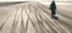 Trace de roues sur le sable de la plage de Piemanson