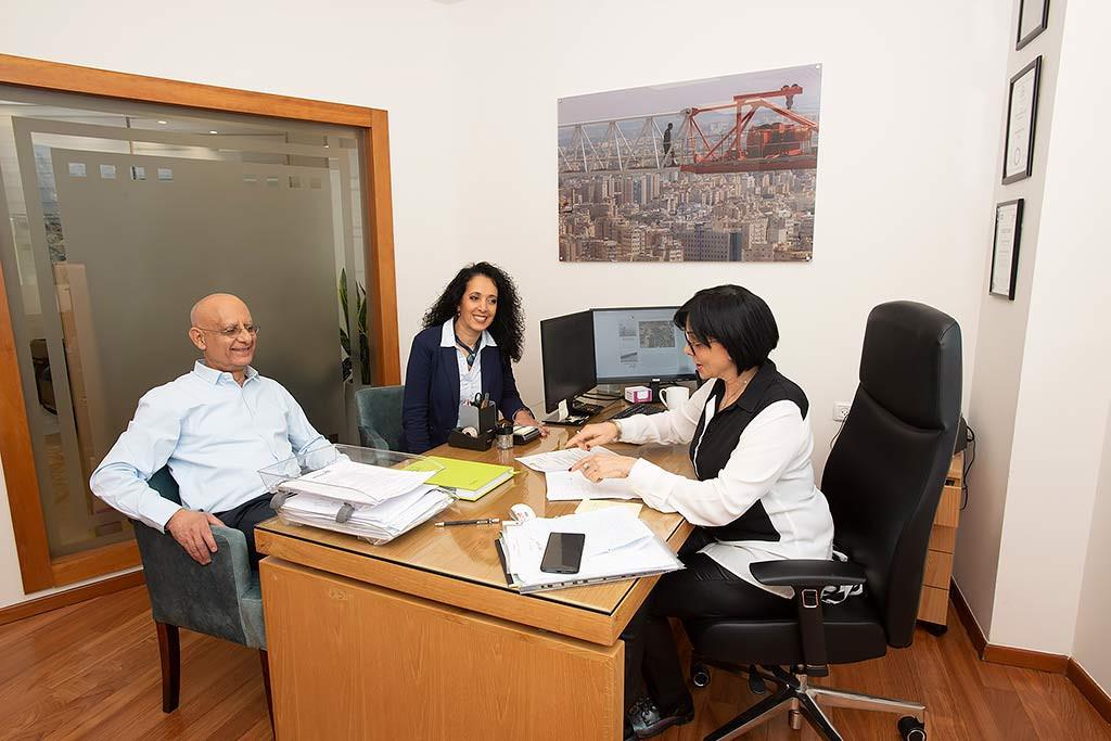 דיון במשרדה של מירי לבהר