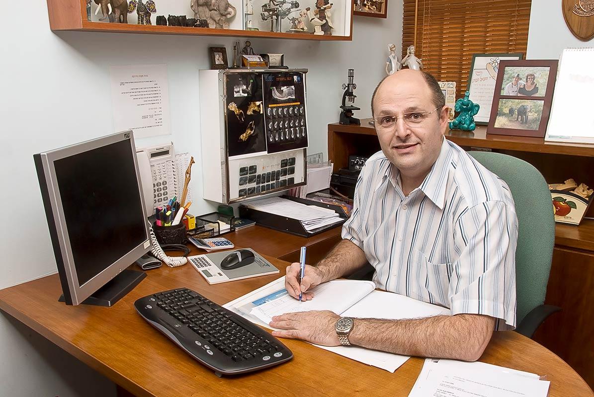 במשרדו של דר' חטואל