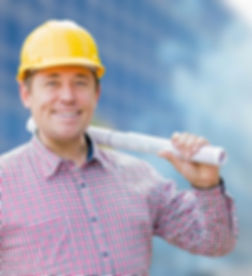קבלן עם תוכניות בנייה באתר