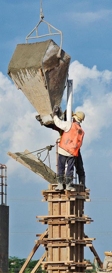 פועלים יוצקים בטון
