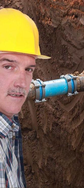 תיקון צינור מים באתר בנייה