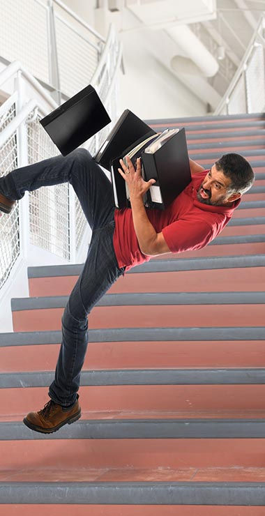 אדם נופל במדרגות