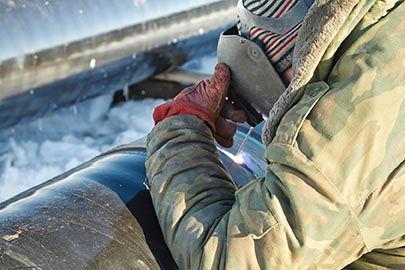 פועל בניין בזמן עבודה בחורף