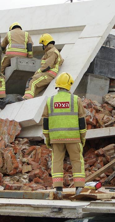 צוות חילוץ בזמן חילוץ באתר בנייה