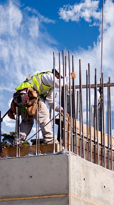 פועל בניין בזמן עבודה