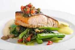 דג סלומון על מצע ירקות