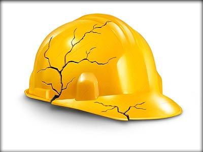 קסדת בטיחות ששמרה על ראשו של פועל בניין