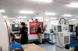 צילום תעשייה עובדים ליד מכונות