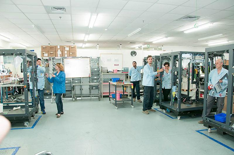 עובדים בתהליך ייצור
