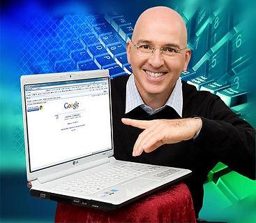 צילום פורטרט של זהר עמיהוד עם מחשב