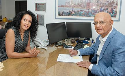 איציק סימון עם קטי זיסר במשרדו