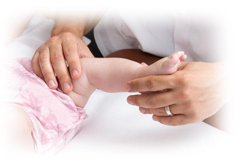 אוסטאופתיה-לתינוקות---בדיקת-מפרק.jpg