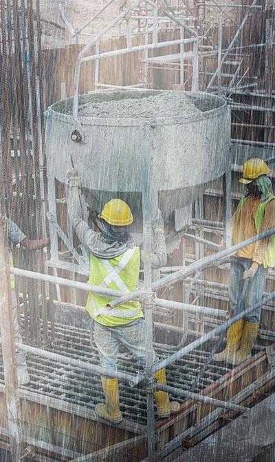 פועלים עובדים בגשם שוטף